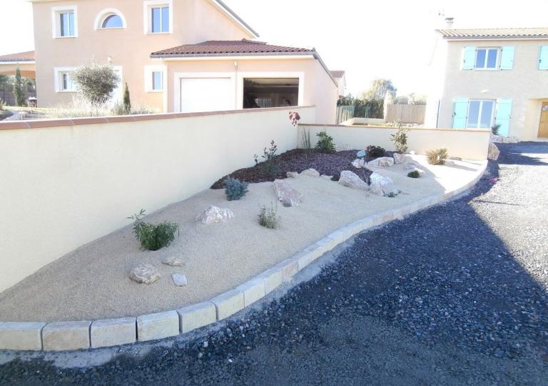 Une bordure délimitant un jardin sec