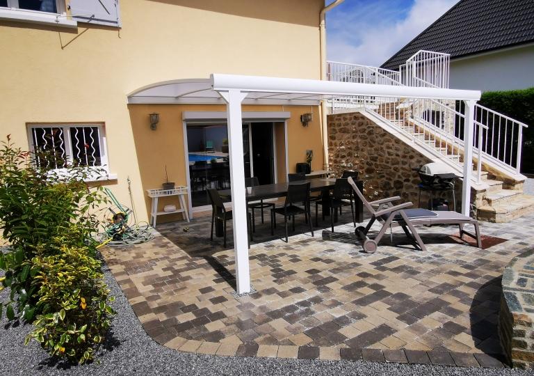 Création d'une terrasse en pavés à Champdieu