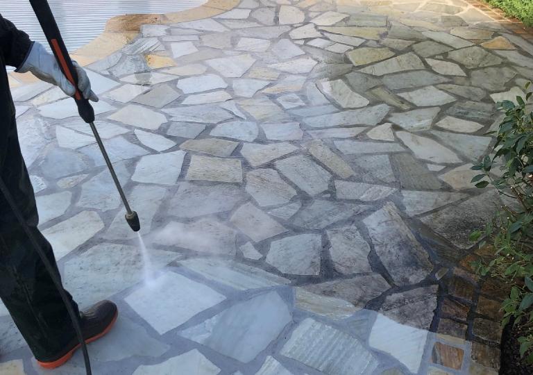 Remise en état d'une terrasse à Lézigneux à l'aide d'un nettoyeur haute pression